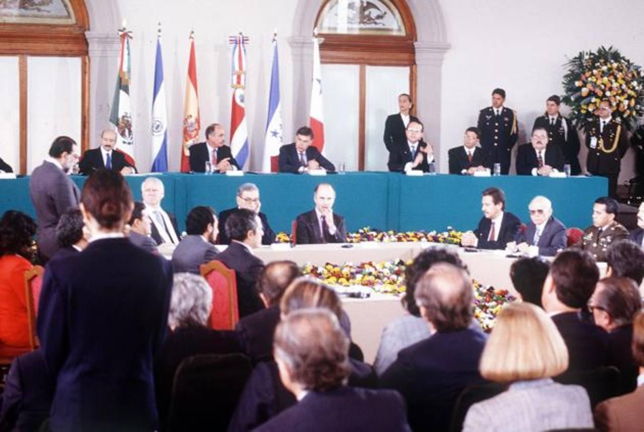 Uno de los temas discutidos ayer, en Shaping Davos, fue la experiencia más reciente de resolución de conflictos que vivió El Salvador tras la firma de los Acuerdos de Paz . foto edh / archivo.