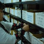 Una empleada de la farmacia de la Unidad Médica de Santiago de María del Seguro Social revisa los medicamentos.