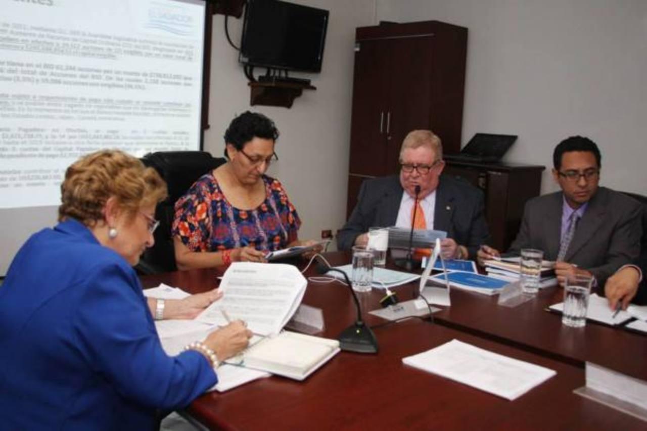 El ministro de Hacienda, Carlos Cáceres, llegó a solicitar aval para comprar 3,270 acciones en el BID a un monto de $950 mil.