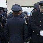Policías dieron la espalda al alcalde Bill de Blasio en descontento por la falta de acciones por los ataques.