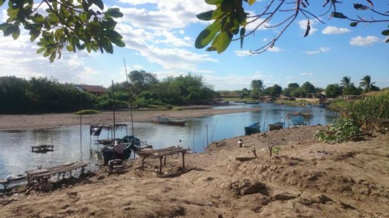 El caudal del río ha mermado y vecinos aseguran que hay momentos en que la marea sube e inunda el cauce con agua salada. foto edh / insy mendoza