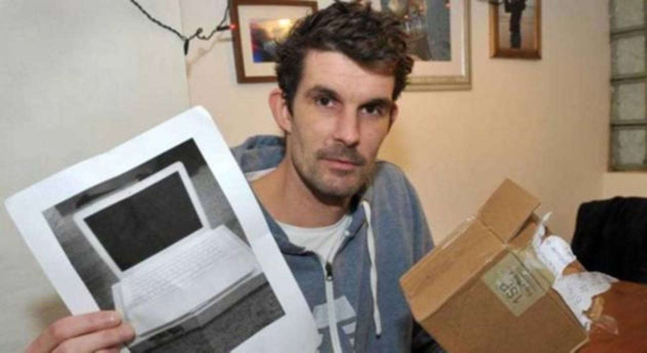 Paul Barrington compra una MacBook y al recibir el paquete recibe una fotocopia de su compra. INTERNET