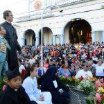 El anda de San Juan Bosco fue acompañada por los feligreses que se dieron cita a la celebración . foto edh / mauricio Cáceres.