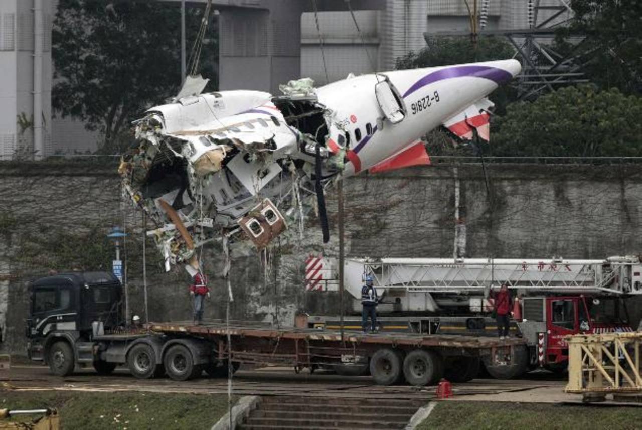 Técnicos levantan el fuselaje principal de vuelo 235 de la aerolínea TransAsia Airways ayer en Taipei, Taiwán. foto edh /AP