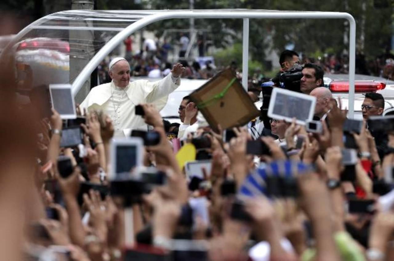 El Papa Francisco recorrió las calles de Filipinas en el papamóvil. Hoy viajará en avión hacia Tacloban, para rendir homenaje a las víctimas del Tifón.