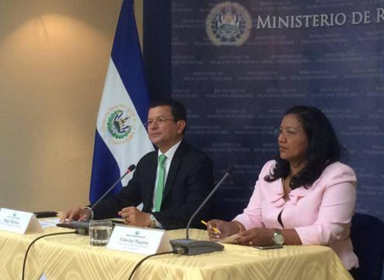 El canciller Hugo Martínez junto a la viceministra para los Salvadoreños en el Exterior, Liduvina Magarín, en conferencia de prensa.