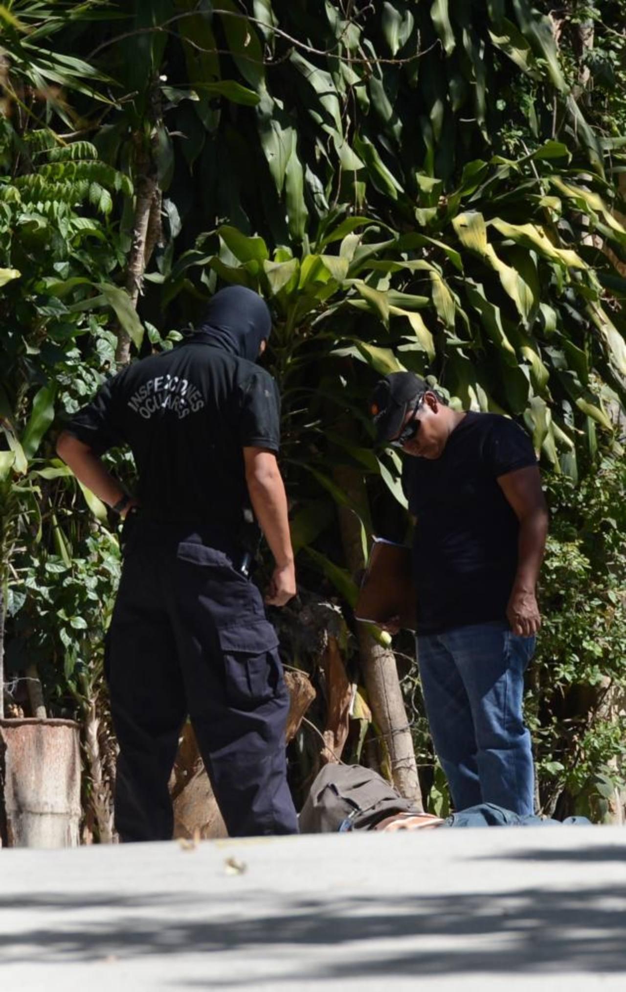 Investigadores recaban evidencias en la zona donde fue asesinado José Ramos, de 36 años. Él vendía pescado cuando lo mataron en San Pedro Perulapán. Foto EDH / Douglas Urquilla