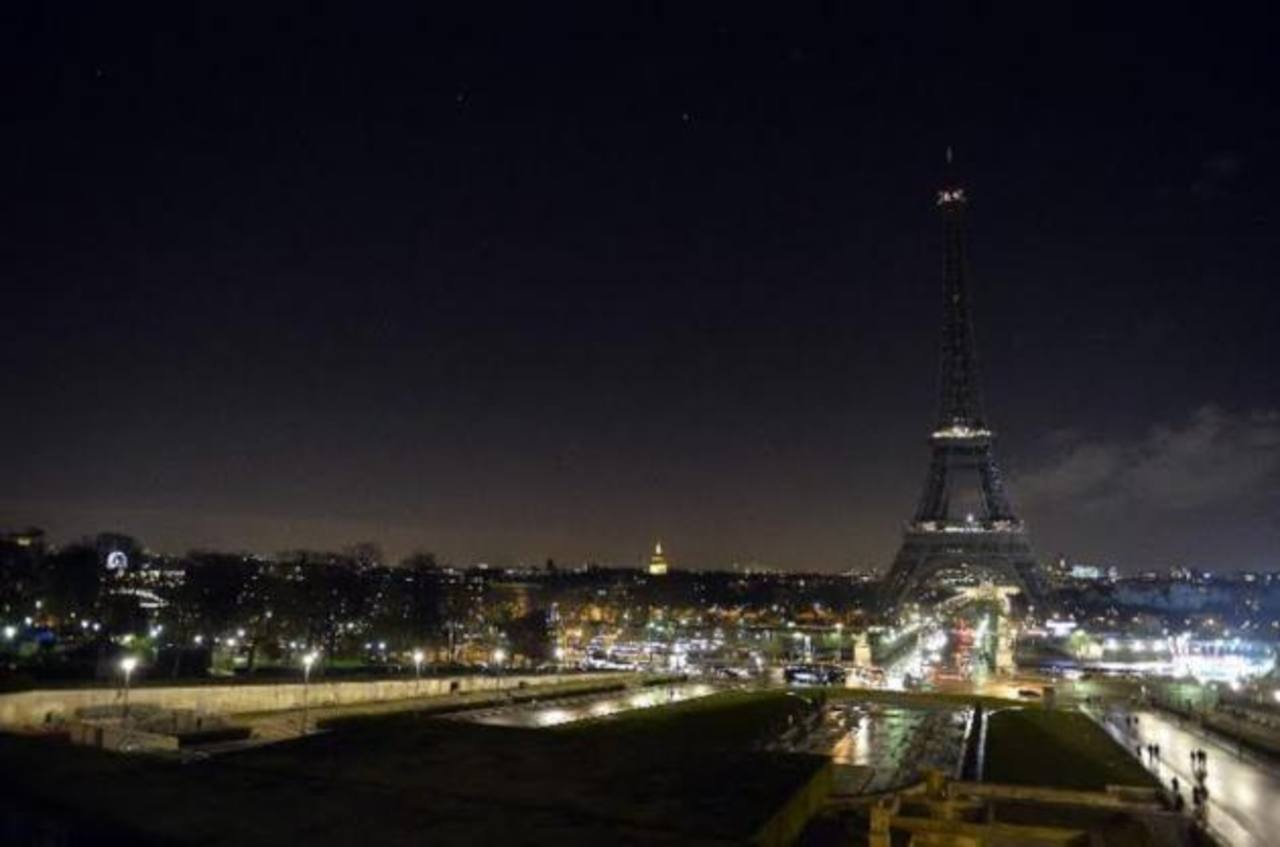 La torre Eiffel apaga sus luces en señal de luto por el atentado
