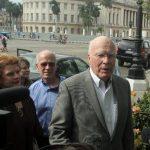 El senador demócrata Patrick Leahy junto al representante Peter Welch y la también senadora demócrata Debbie Stabenow hablan ayer con la prensa a su llegada a un hotel en La Habana. EFE