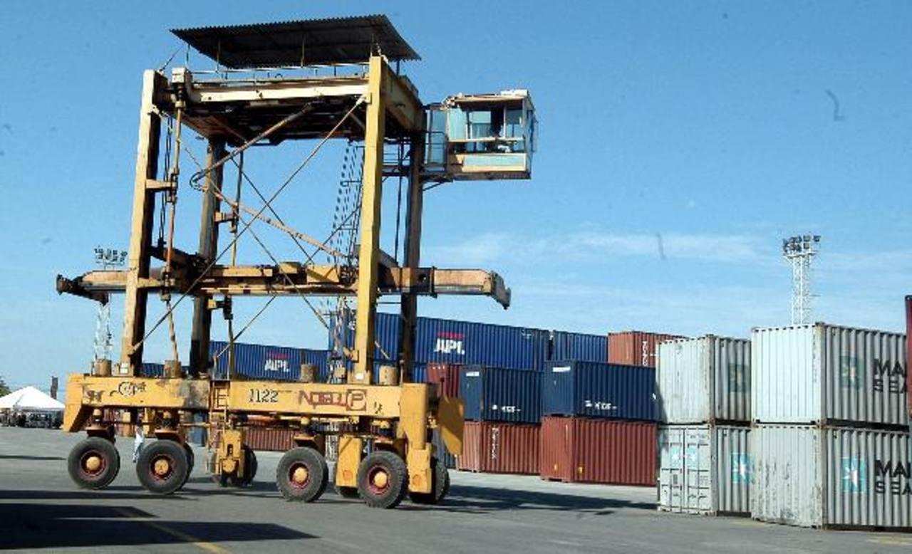 El déficit comercial de El Salvador disminuyó 0.8 % en 2014, según BCR