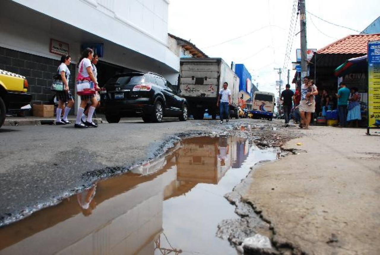 La municipalidad asegura que van incluir vías que ciudadanos denuncian están en mal estado. Vecinos creen que en campaña todo es posible. Foto EDH / jenny ventura
