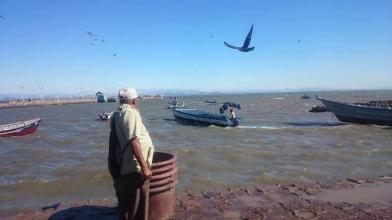 Las condiciones climáticas de las últimas horas han afectado el desempeño de los pescadores. foto edh / insy mendoza.