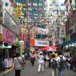 Cientos de personas, la mayoría chinos, inundan a diario las tiendas de Hong Kong. Foto EDH / Archivo.