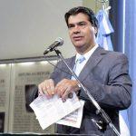 Jorge Capitanich, en su afán de defender a la presidenta argentina por el escándalo del caso Nisman, rompió un ejemplar del diario Clarín, crítico al gobierno, el pasado 2 de febrero, durante una rueda de prensa. foto edh/archivo