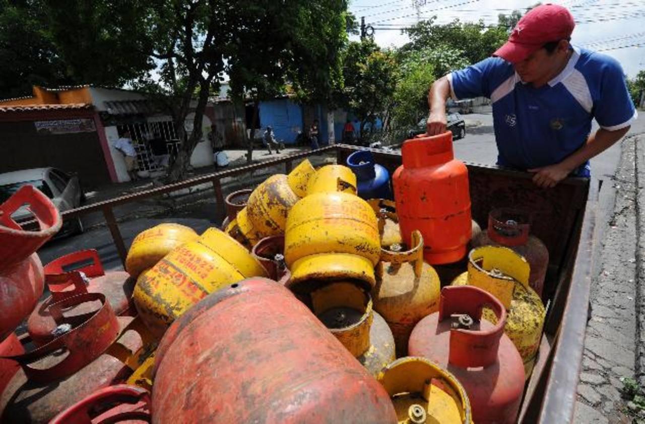 En octubre de 2014, varios salvadoreños se vieron en la necesidad de comprar el gas a precio regular ya que el Minec les había suspendido el beneficio del subsidio. foto EDH / archivo