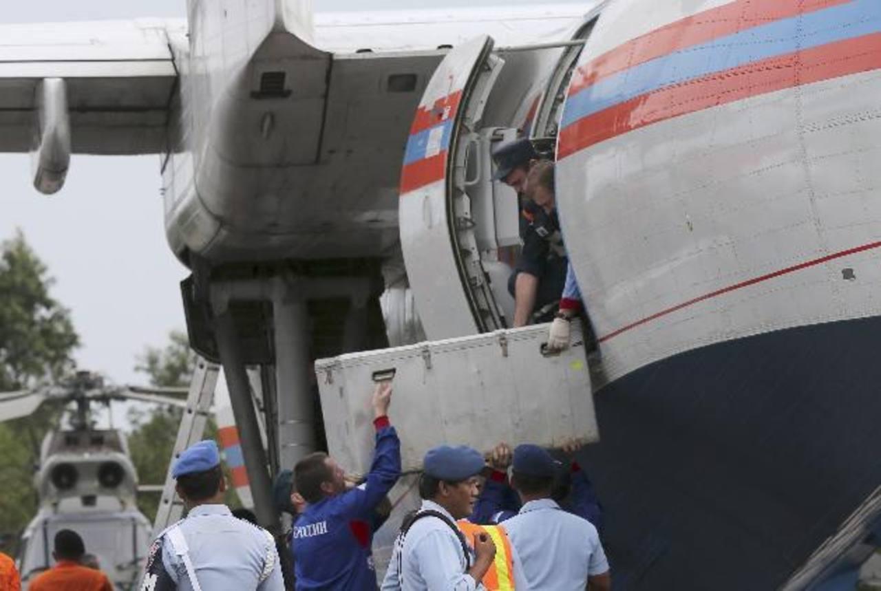 Hallan 2 grandes objetos en sitio del accidente de AirAsia