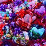 En el centro capitalino se pueden hallar regalos para todos los bolsillos. Acá corazones con dulces a $1.00. Foto EDH / Jorge reyesLos comerciantes han preparado arreglos florales y aquellos que combinan peluches con dulces, chocolates o rosas. Foto