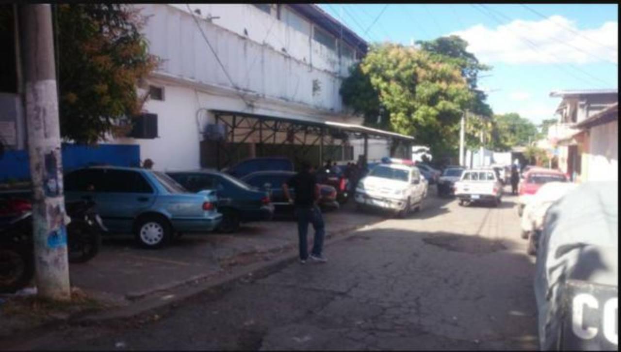 Policías han acordonado la zona externa de la delegación.