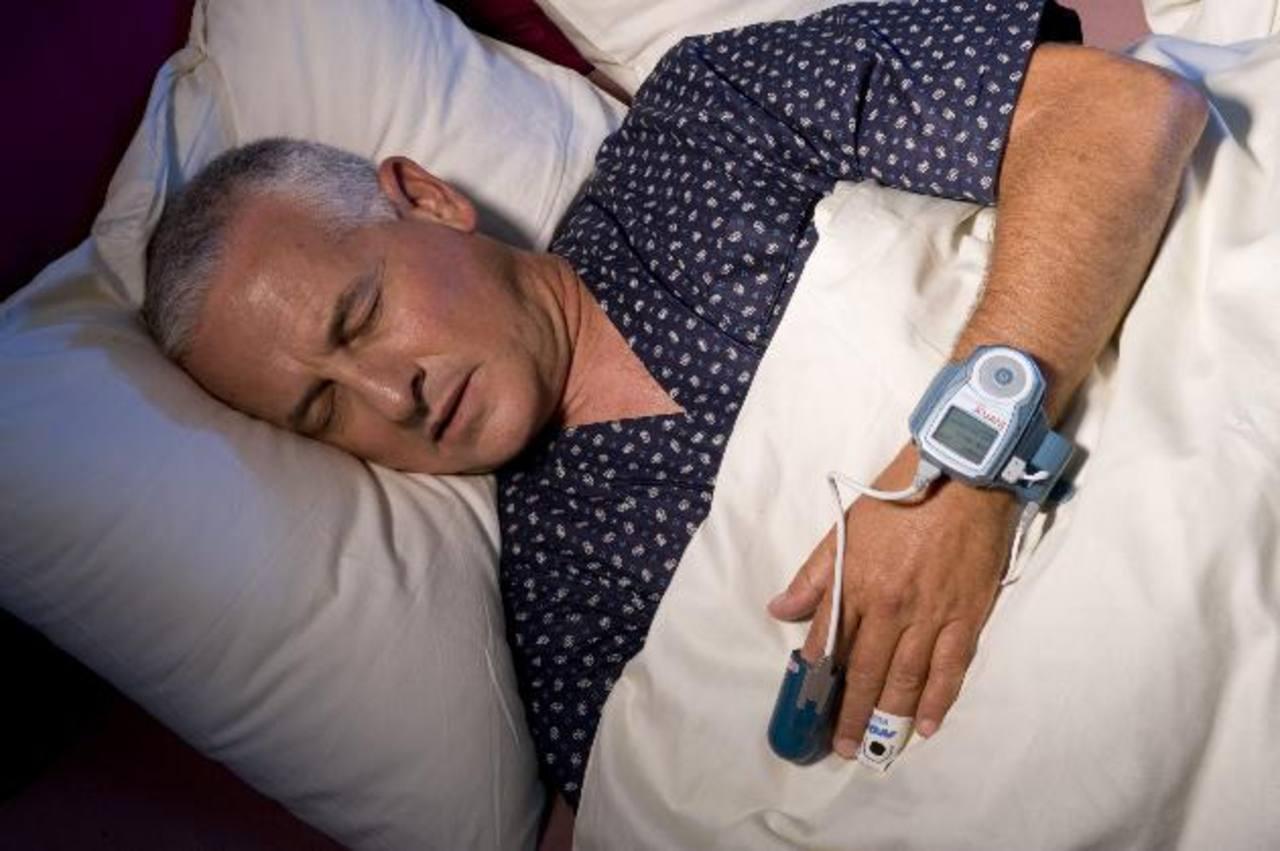 Quienes roncan, sobre todo los hombres de 50 años o más, deben consultar sobre el riesgo de padecer apnea del sueño.