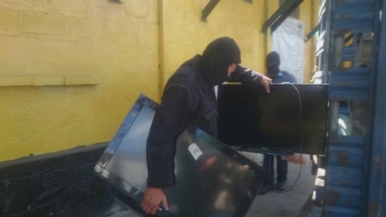 Más de 60 televisores fueron confiscados ayer durante requisa realiza por las autoridades en el centro penal de Gotera. Fotos EDH / Óscar Iraheta y Jorge Beltrán