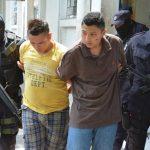 Los dos sospechosos de matar a los custodios fueron trasladados bajo estricta vigilancia policial. Foto EDH / Carlos Segovia