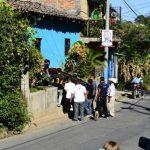 Amigos y familiares trasladan los restos del agente asesinado en Cabañas.