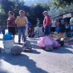 Manifestantes utilizan piedras y otros objetos para bloquear el paso vehicular en la zona.
