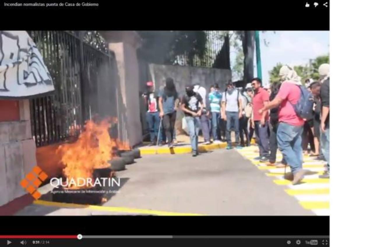Estudiantes incendian neumáticos. foto edh / tomado de quadratin