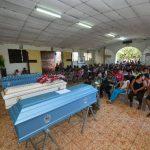 Cuatro de los cinco asesinados fueron velados ayer en la iglesia católica de su comunidad. Foto EDH/ René Quintanilla