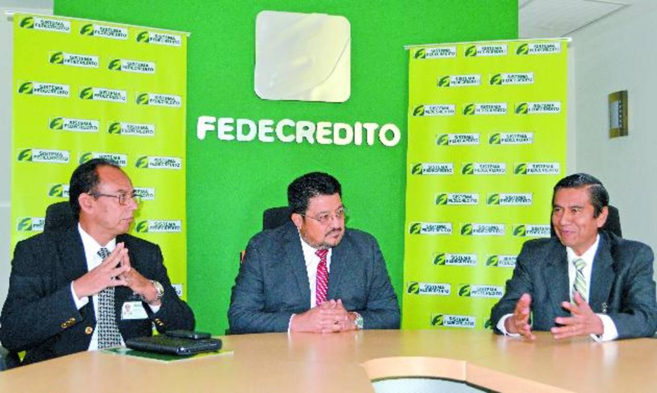 De izq. a der. Mario López, presidente de Seguros Fedecrédito; Macario Rosales, presidente de Fedecrédito y Mario Ramírez, gerente general de Seguros Fedecrédito. foto edh / Cortesía