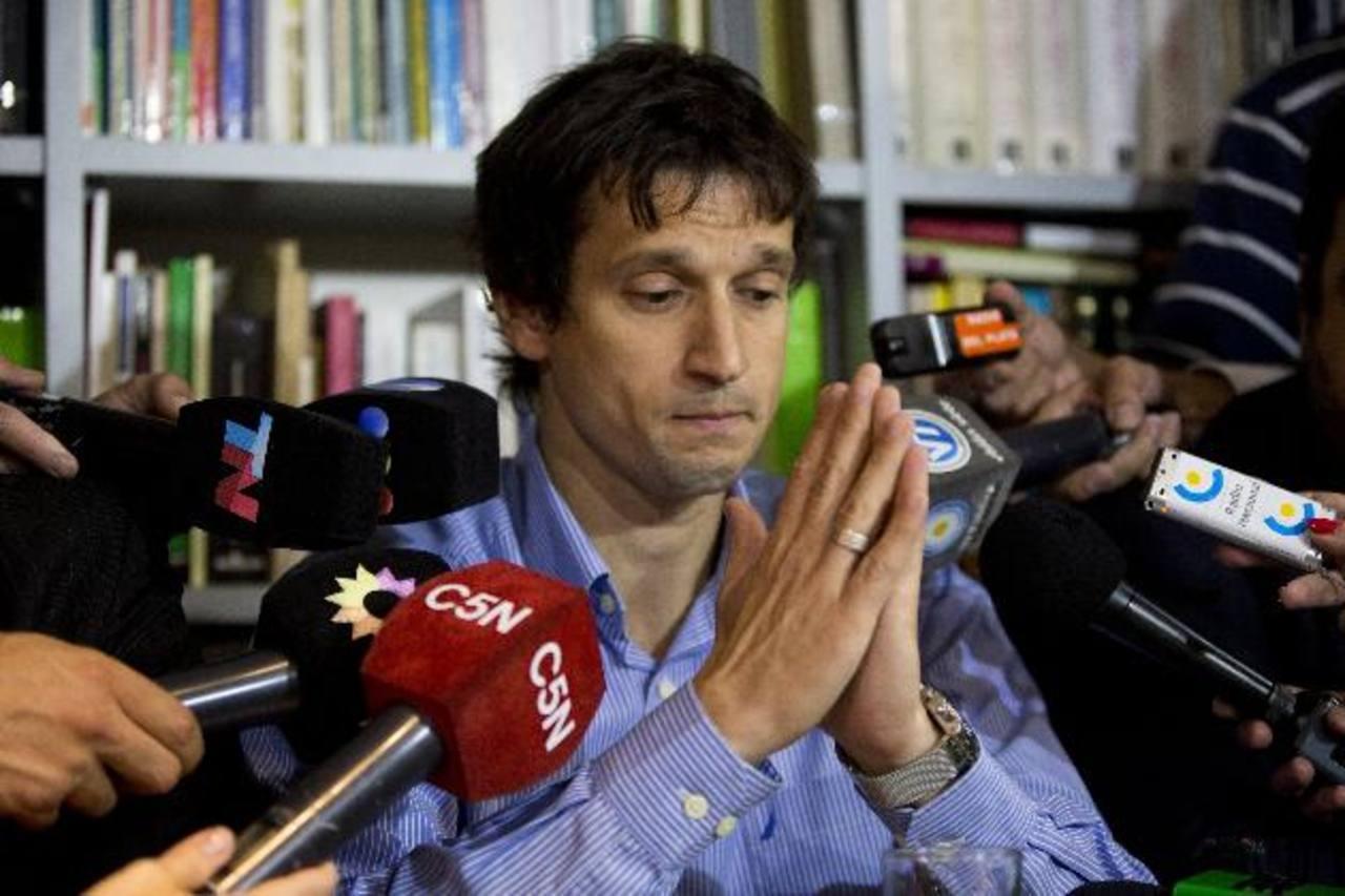 Diego Lagomarsino, especialista en informática escucha preguntas de los periodistas durante una conferencia de prensa en Buenos Aires.