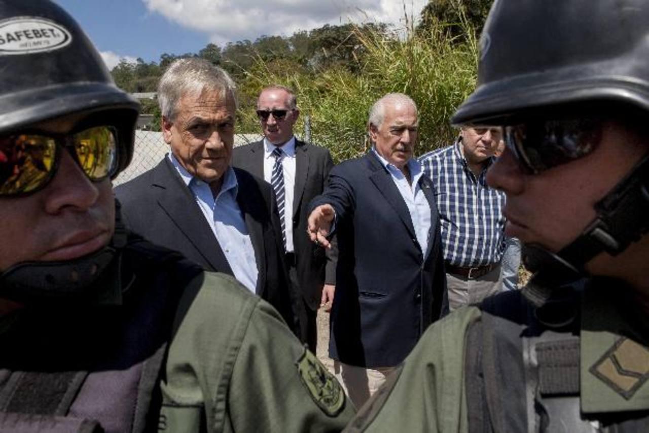 El expresidente de Colombia Andrés Pastrana (d), y el de Chile Sebastián Piñera (i) frente a la cárcel militar de Ramo Verde . foto edh / efe