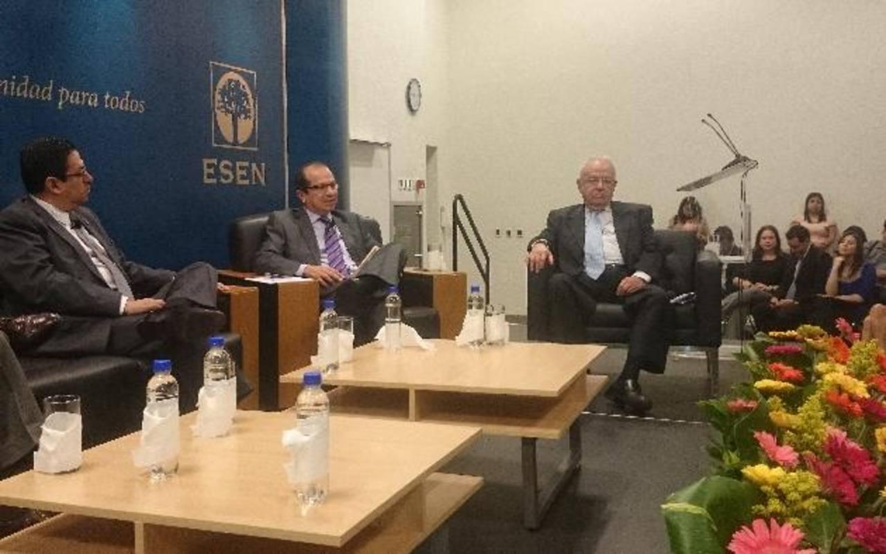 El magistrado Blanco (centro) expone junto a sus colegas en el conversatorio sobre la justicia constitucional de El Salvador.