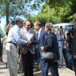 El alcalde capitalino, Norman Quijano (segundo izquierda) saluda al secretario de la ONU. foto edh / DOUGLAS URQUILLA