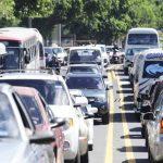 El bulevar Tutunichapa es una de las vías alternativas propuestas por el VMT. En horas pico, el tráfico es denso y más buses en esa vía pueden empeorar el panorama. Foto EDH / archivoEn algunas unidades del transporte público, como la ruta 7, ya circ