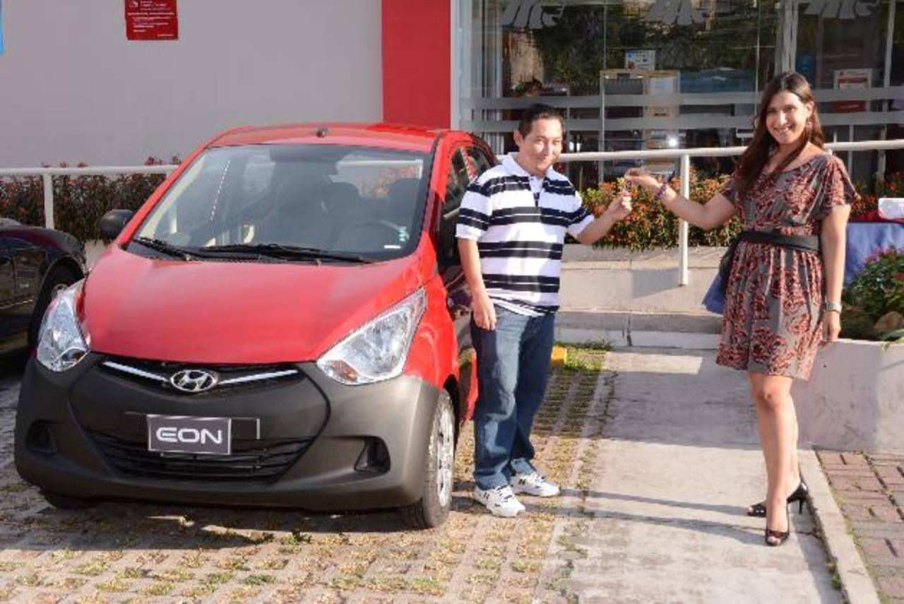 David Romero, ganador, y Mónica de Heredia, administradora de producto. Foto EDH / Mario Díaz