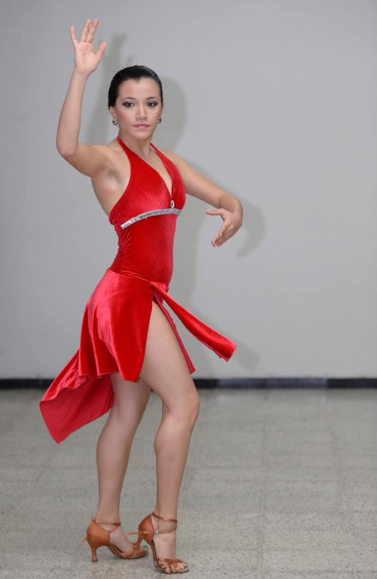 Marina Estrella Flores interpreta una pieza de tango.