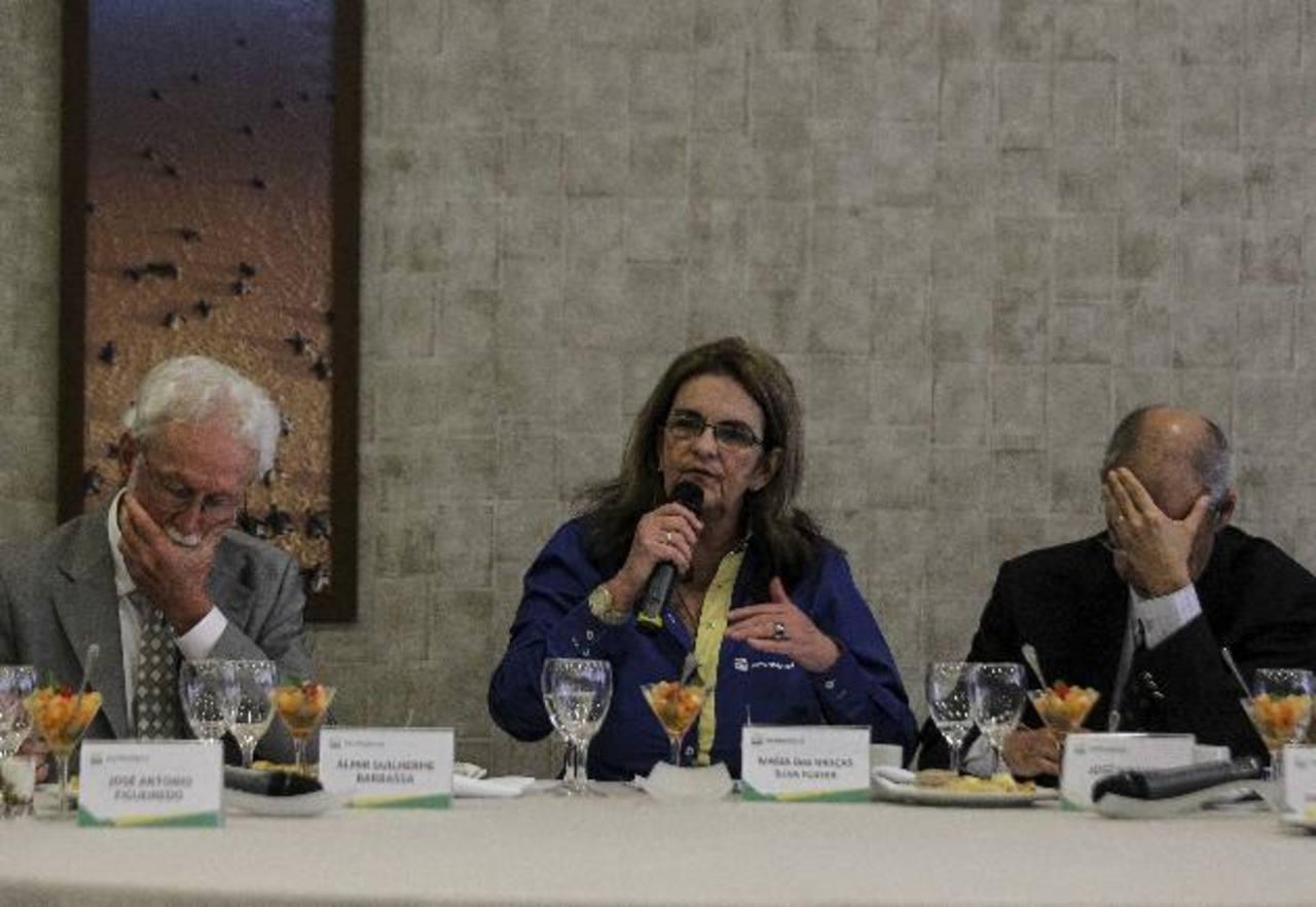 El director financiero de Petrobras, Almir Barbassa; la presidenta de Petrobras, María das Graças Foster; y el director de explotación y producción, José Miranda Formigli, durante una conferencia en diciembre en Río de Janeiro. foto edh /archivo