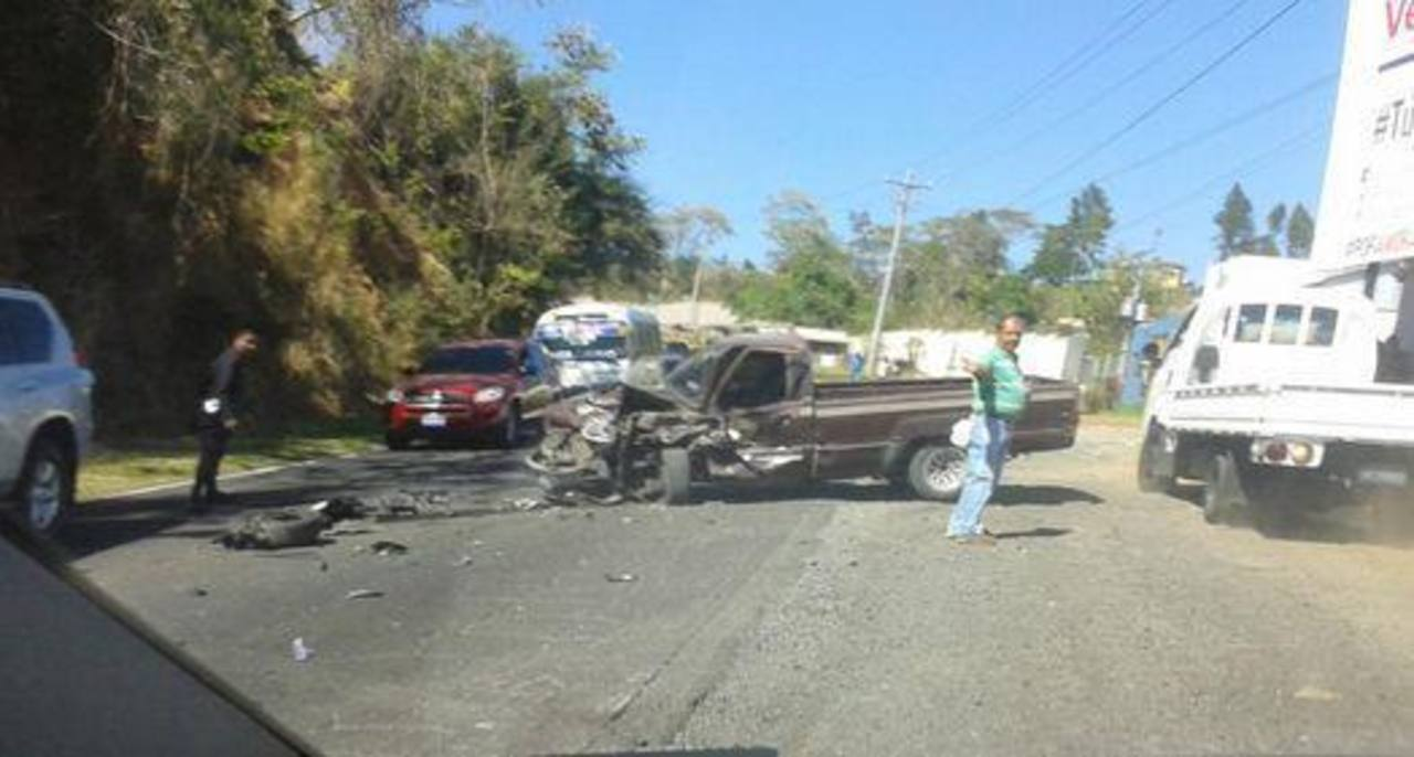 Dos vehículos fueron los involucrados en el accidente en la carretera a La Libertad. Foto edh/William Hernández.
