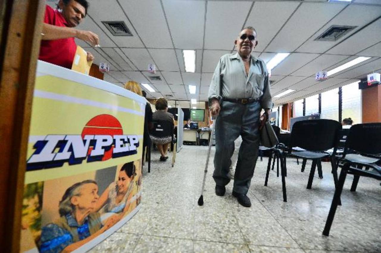 Los principales afectados serían todas las personas pensionadas en el ISSS e INPEP. FOTO EDH /ARCHIVO