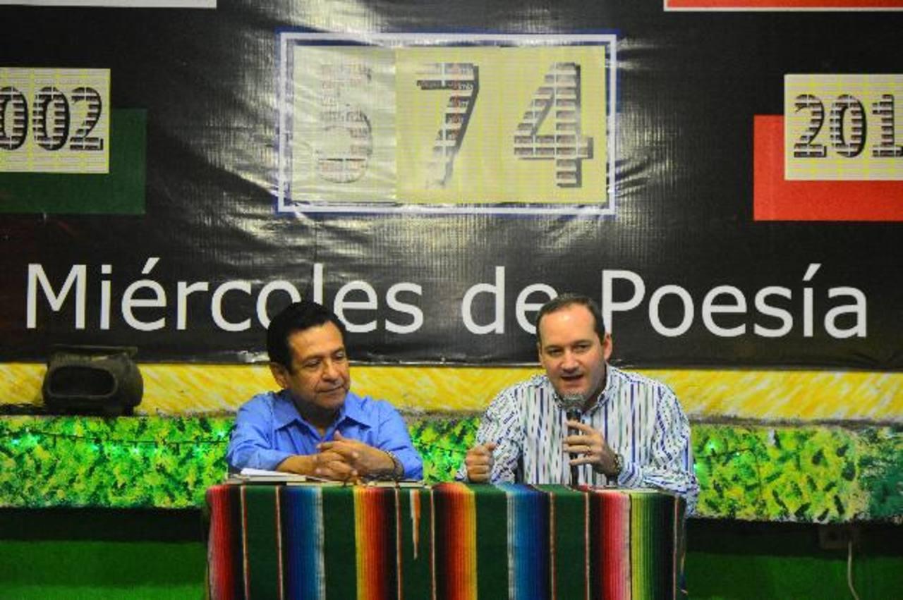 El presidente de la Fundación Cultural Alkimia, Héctor Sermeño, presentó la obra de Hernández Aguilar. foto EDH /René Quintanilla