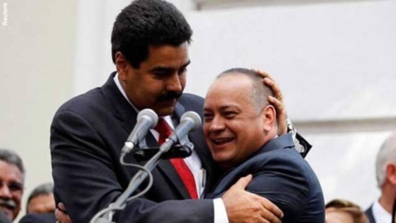El gobernante venezolano, Nicolás Maduro (iz), abraza al jefe del parlamento Diosdado Cabello. foto edh /internet