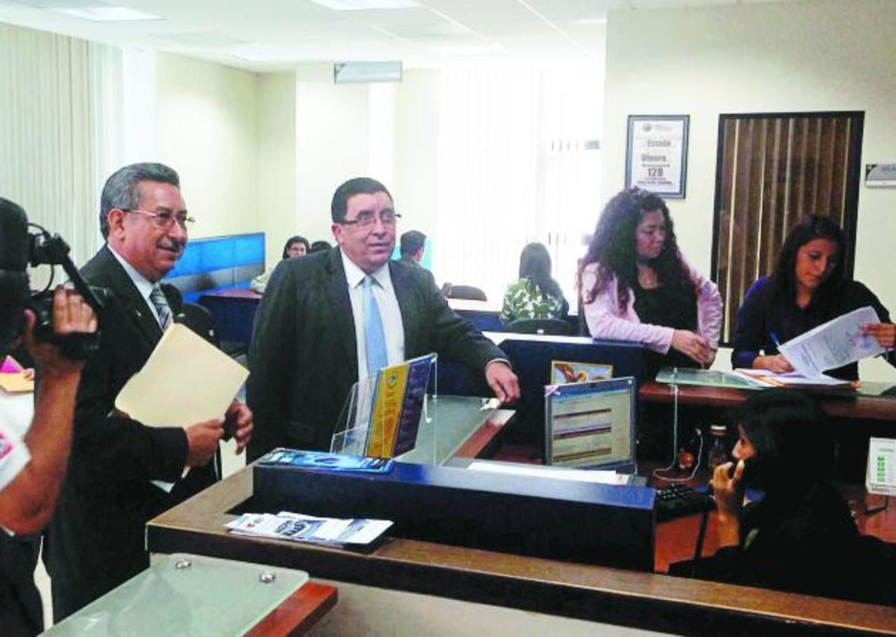 Los diputados de ARENA, Félix Ágreda (izquierda) y Ernesto Angulo, interpusieron ayer una demanda en la Fiscalía.