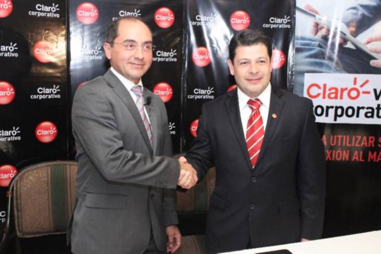 Humberto Medina, especialista de Meraki Cisco, y Carlos Doratt, gerente corporativo de Claro El Salvador.