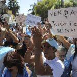 Un grupo de personas se manifestó pidiendo justicia a la llegada del cortejo fúnebre del fiscal Alberto Nisman a un cementerio judío en la localidad de La Tablada, en las afueras de Buenos Aires.