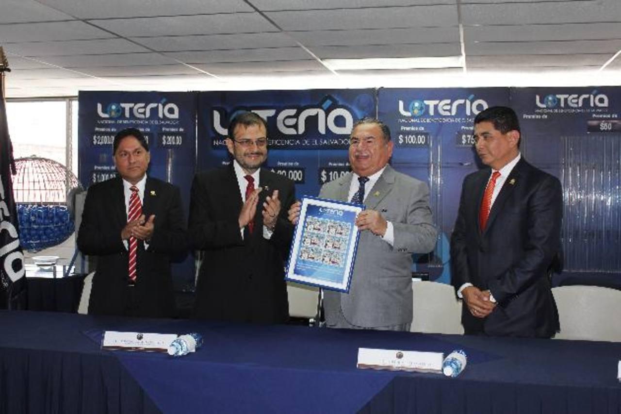 Johel Humberto Valiente, presidente de la Corte de Cuentas, a la derecha, durante el sorteo.