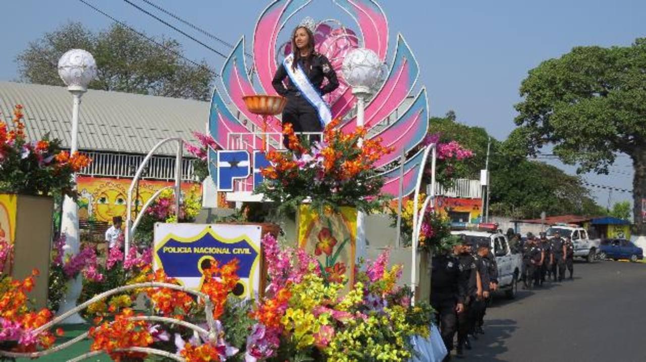 La reina de la PNC de Ahuachapán, Coralia Escalante, y su carroza engalanaron el desfile policial. foto edh / roberto zambrano