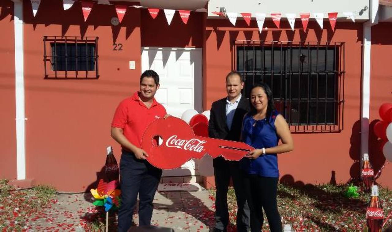 María Eugenia Colocho fue la feliz ganadora de una casa amueblada. Foto EDH /Cortesía