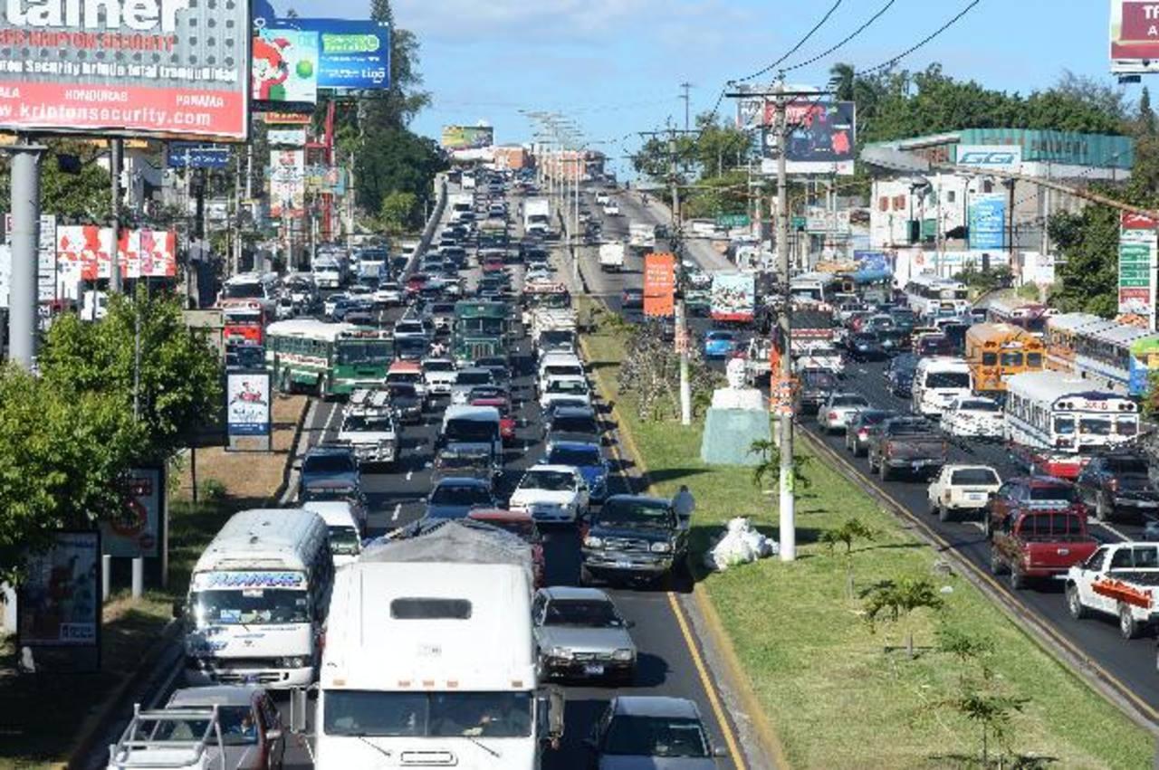 El tráfico pesado se concentró en el bulevar Los Próceres, en vista de que varias calles cercanas al Centro Internacional de Ferias y Convenciones (Cifco) fueron cerradas por el dispositivo de seguridad para la celebración oficial. foto edh / Marlon