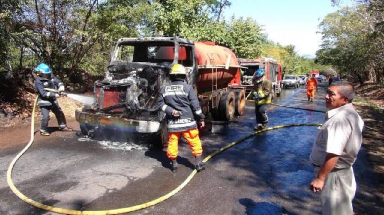El vehiculo era arrendado por la municipalidad para suplir las necesidades de agua en las comunidades. Foto EDH / i. mendoza